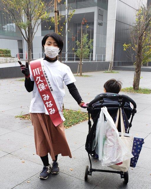 長男の保育所送迎時にゴミ拾い。これが川久保さんの選挙運動だった。写真提供:本人