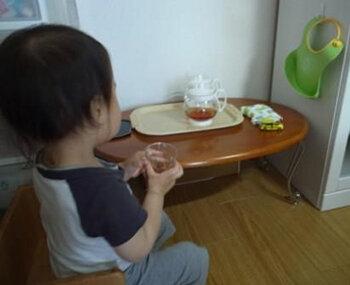 1人でお茶を注いで飲む   2歳5ヵ月
