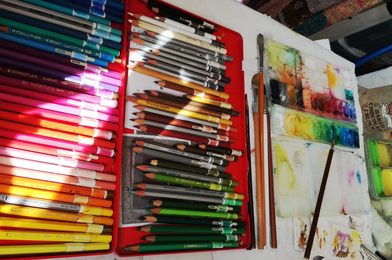 色鉛筆には色見本を貼ってあります。