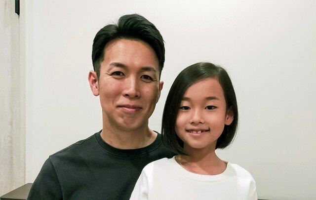 消防士であるお父さんの岡本章宏さんと、小1の咲耶さん