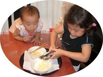 縦割りの良さは家庭内でも <br> ジャガイモつぶしを妹に提示する <br> 4歳1ヵ月