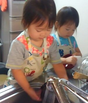 家事は競わなくていい <br> 洗う人と拭く人を分担する <br> 3歳1ヵ月双子<br>