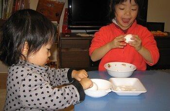仲良く姉妹で取り組むゆで卵の殻むき <br> 4歳5ヵ月と1歳9ヵ月