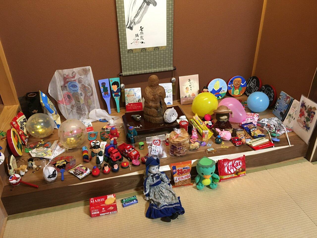 亀麿くんにお供えされたたくさんのおもちゃやお菓子。