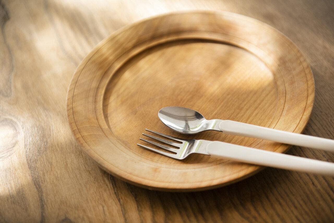 機内食のスプーンとフォークが大のお気に入り。<br> 撮影 葛西亜理沙