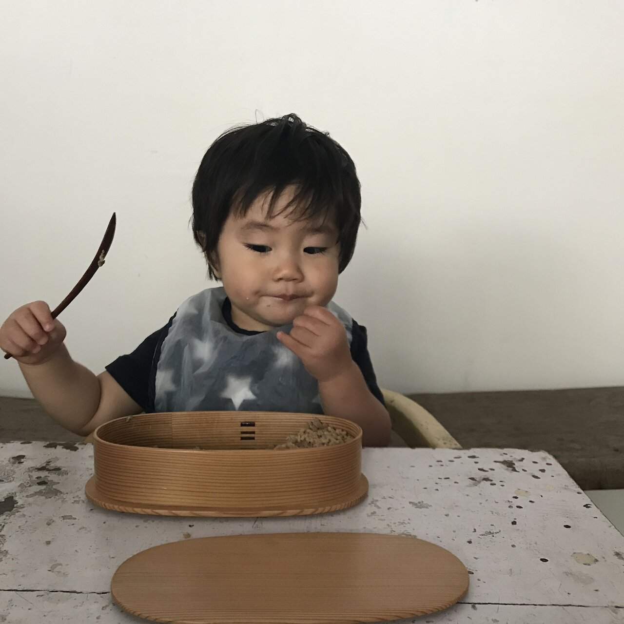 わっぱに入れたごはんを食べる息子さん。<br> 写真提供 植松良枝