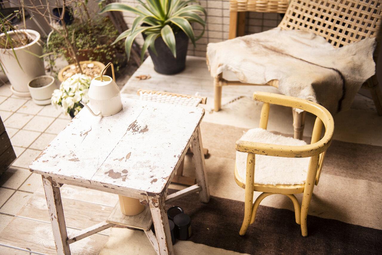 植松さんご自宅のお庭。この小さなテーブルでよくプチピクニックも。環境を変えて食事をするのも食育のひとつです。<br> 撮影 葛西亜理沙