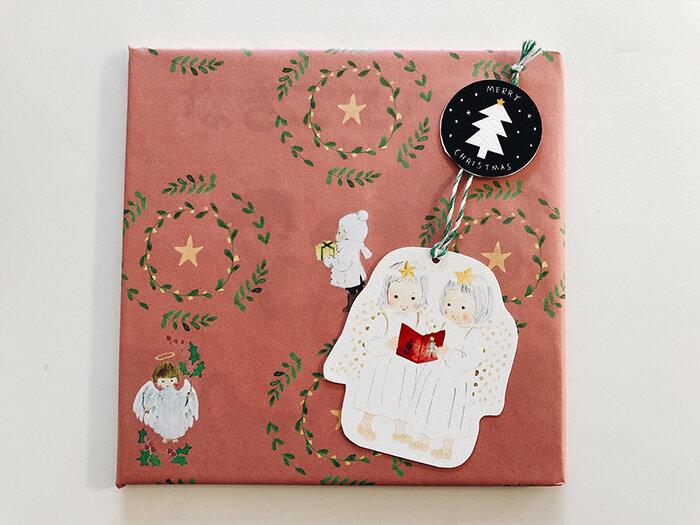 えほんやさんオリジナルのクリスマスラッピング!タグにメッセージを書いてプレゼントしてほしいです♪<br>  <br>