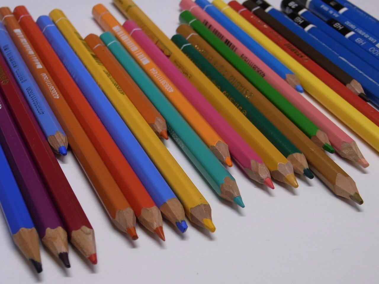 """<span class=""""color-picker"""" style=""""color: rgb(91, 91, 91);"""">ずっと頑張ってくれている色鉛筆と鉛筆たち。もう少しだけ付き合ってね!</span>"""