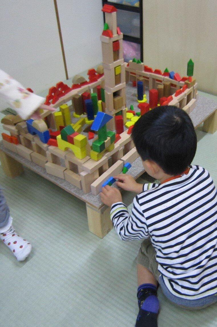 """<p class=""""item-txt-center""""></p>積み木を工夫して組み立てることも非認知能力を育てることにつながる。<br> 写真提供 宍戸信子"""