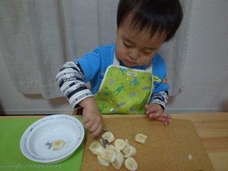 バナナをトングで移す 2歳5ヵ月