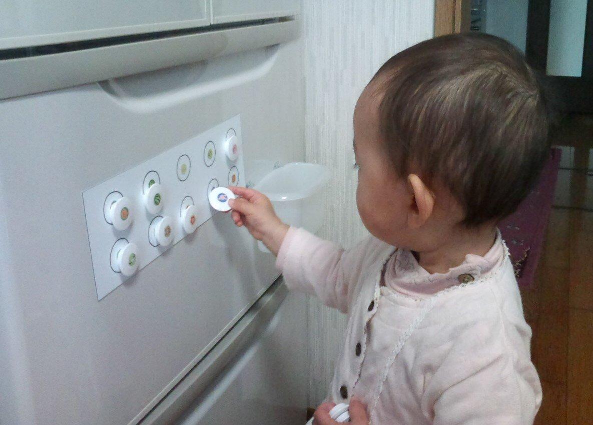 冷蔵庫でマグネット合わせをする おうちならでは  1歳7ヵ月