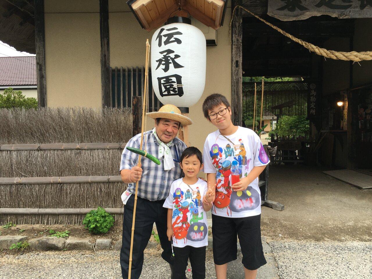 伝承園前で2代目カッパおじさんと記念撮影。パシャ!