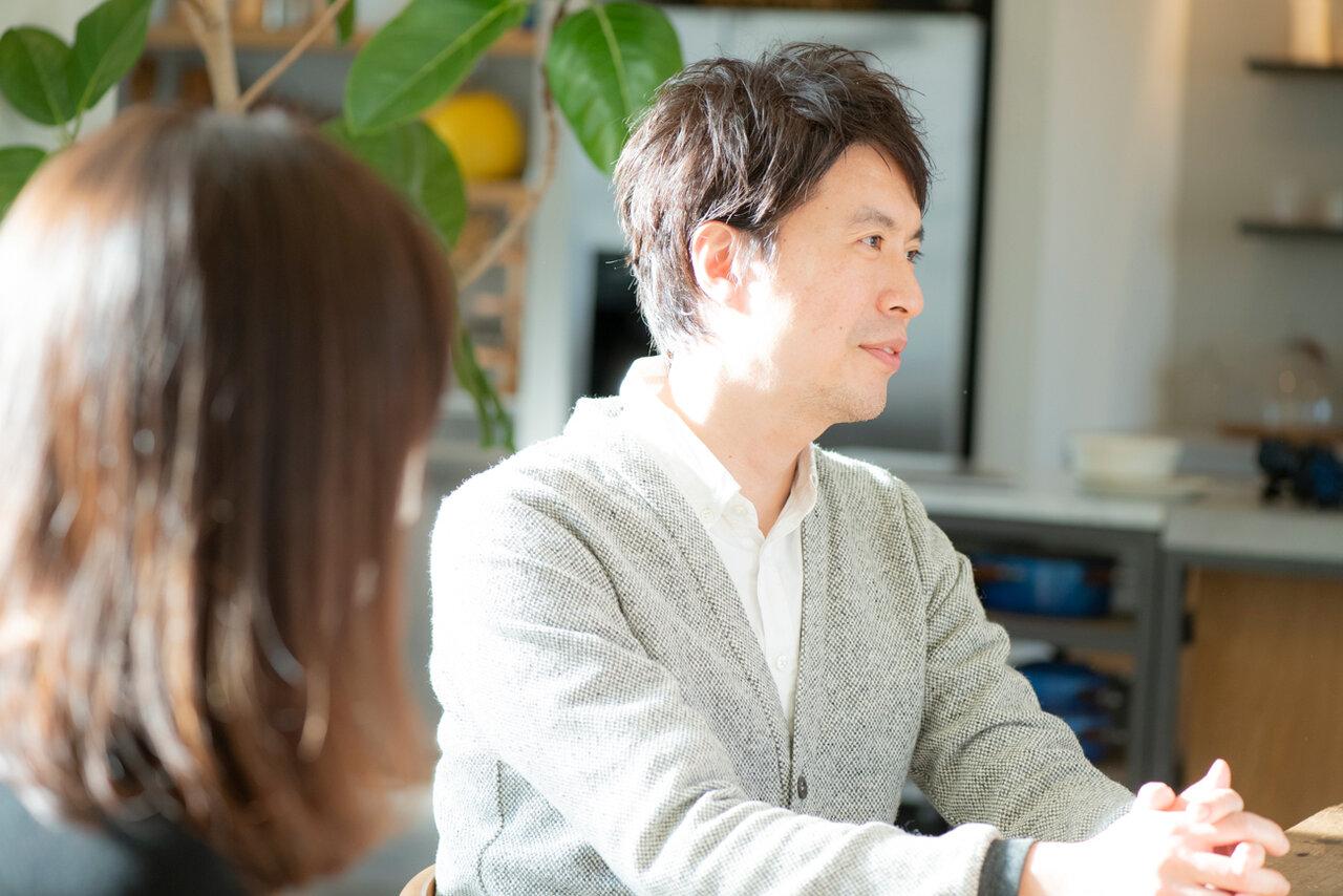 コウさんの自宅キッチンスタジオにて。コウケンテツさん(右奥)、妻・綾さん(手前)。<br> 撮影 森﨑一寿美