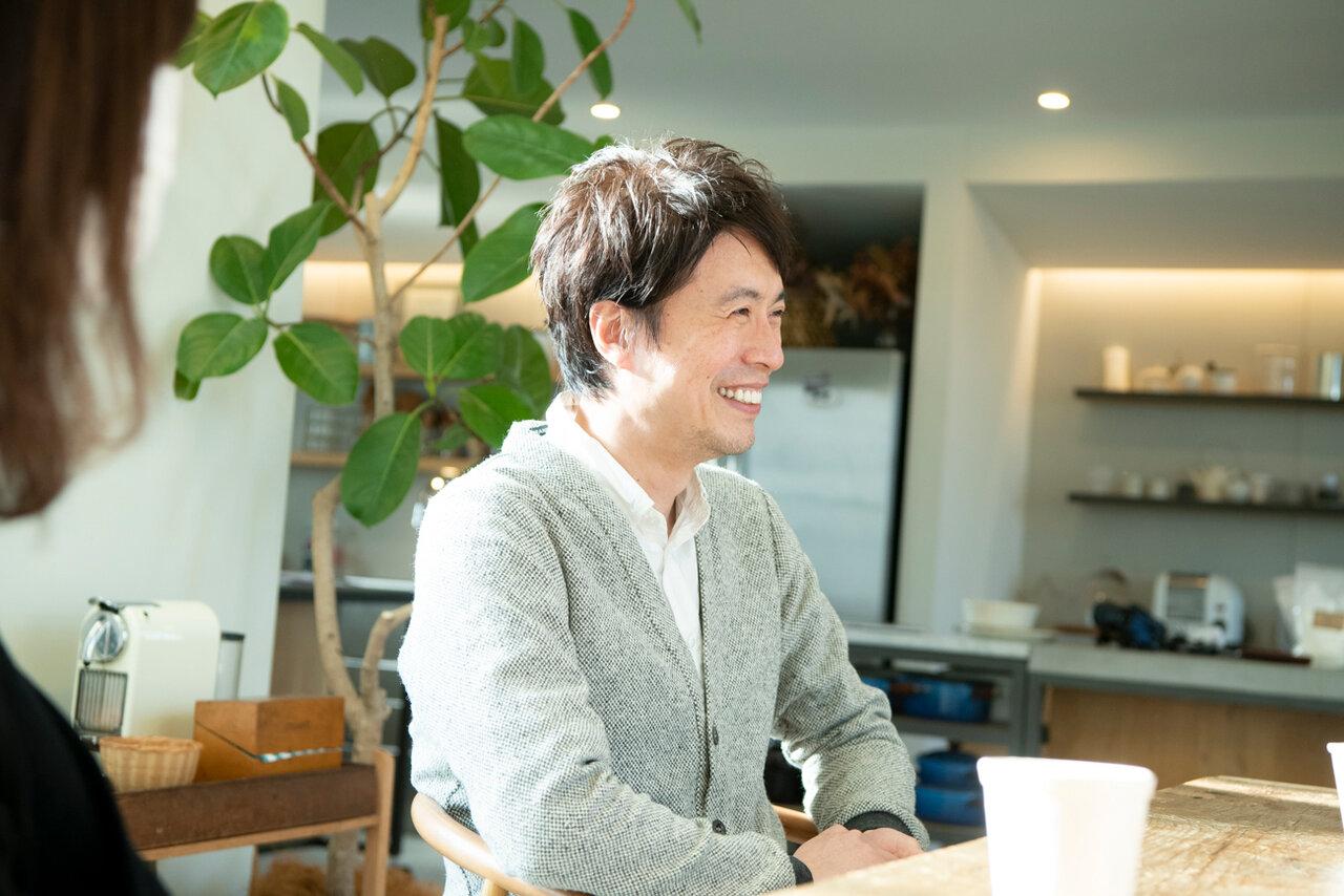 コウケンテツさん(右)と妻・綾さん(左手前)。<br> 撮影 森﨑一寿美