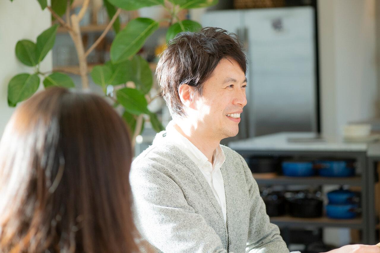 料理研究家・コウケンテツさん(右)、妻・綾さん(手前)。常に会話が絶えないおふたりです。<br> 撮影 森﨑一寿美