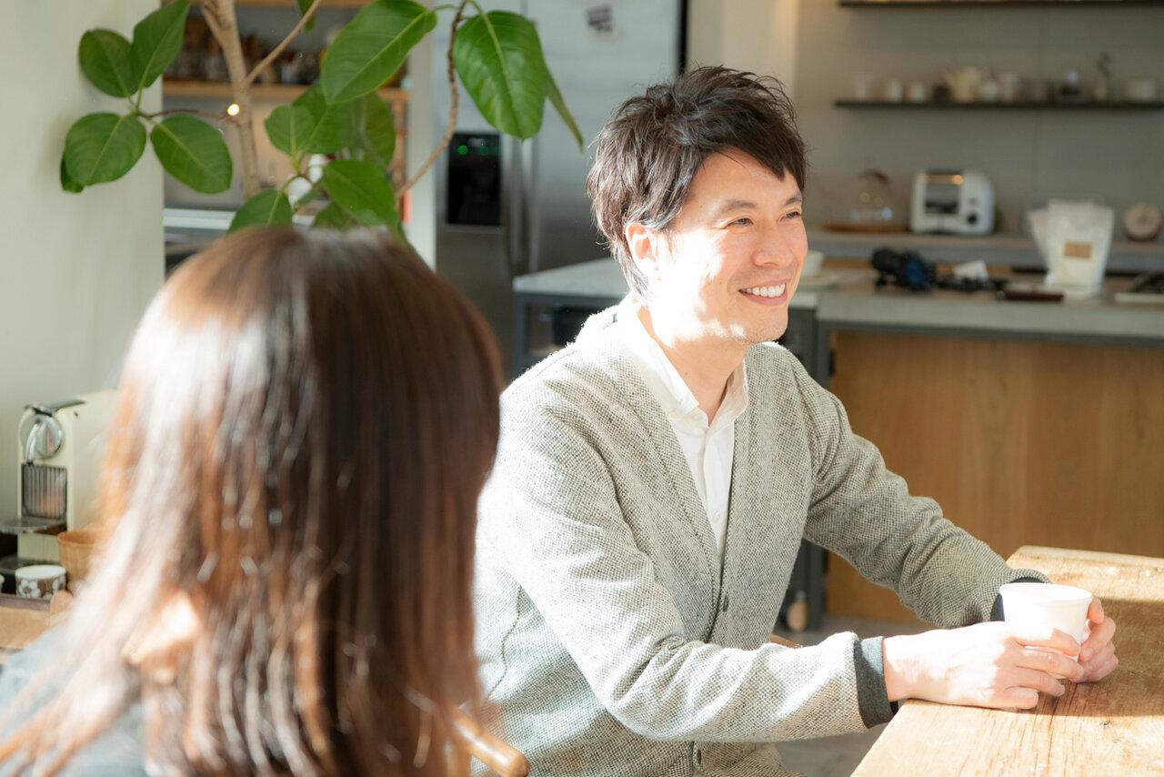 料理研究家・コウケンテツさん(右奥)と妻・綾さん(手前)。<br> 撮影 森﨑一寿美