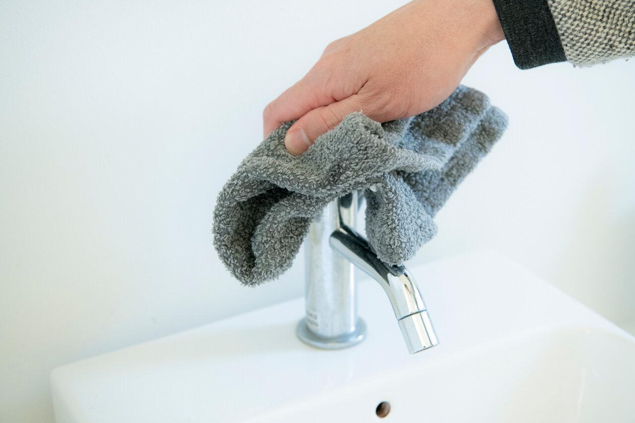 「洗面所の掃除も気が付いたら掃除用のタオルでさっと拭いています」(コウさん)<br> 撮影 森﨑一寿美
