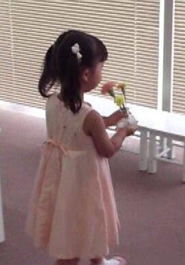 水の入った花瓶を注意深く運ぶ