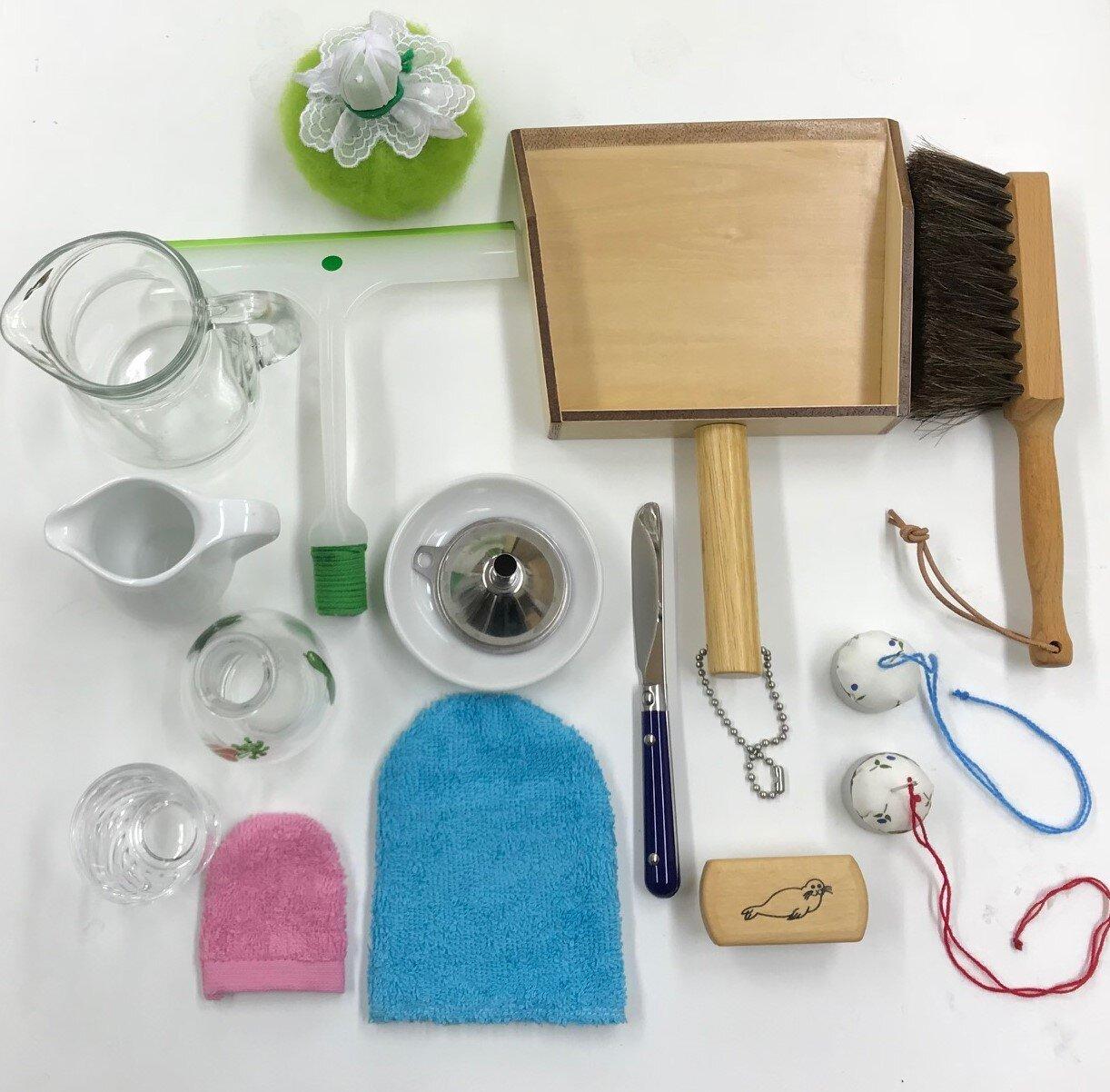 モンテッソーリの環境で使われる魅力的な用具の数々<br> (モンテッソーリは、箒やブラシが「私を使って!」と呼びかけるような準備をするように、と述べている)