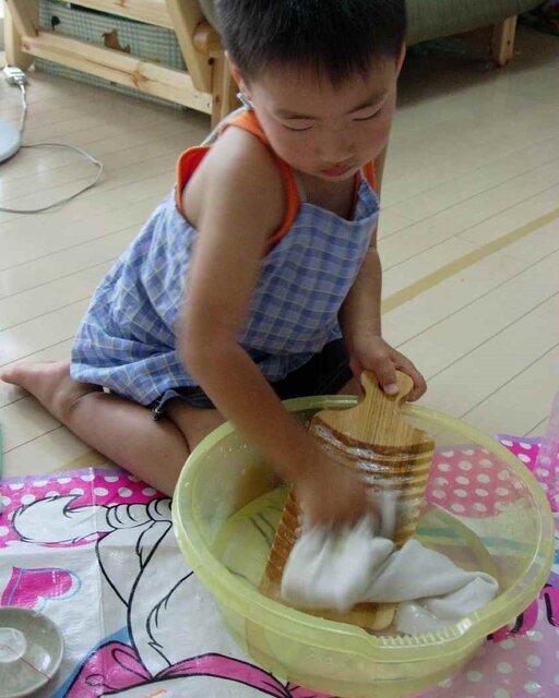 石鹸と洗濯板で洗う 4歳11ヵ月