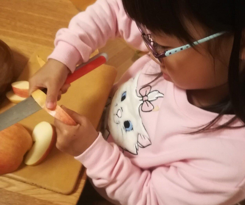 りんごの皮剥き 6歳1ヵ 手を使うと心も育つ