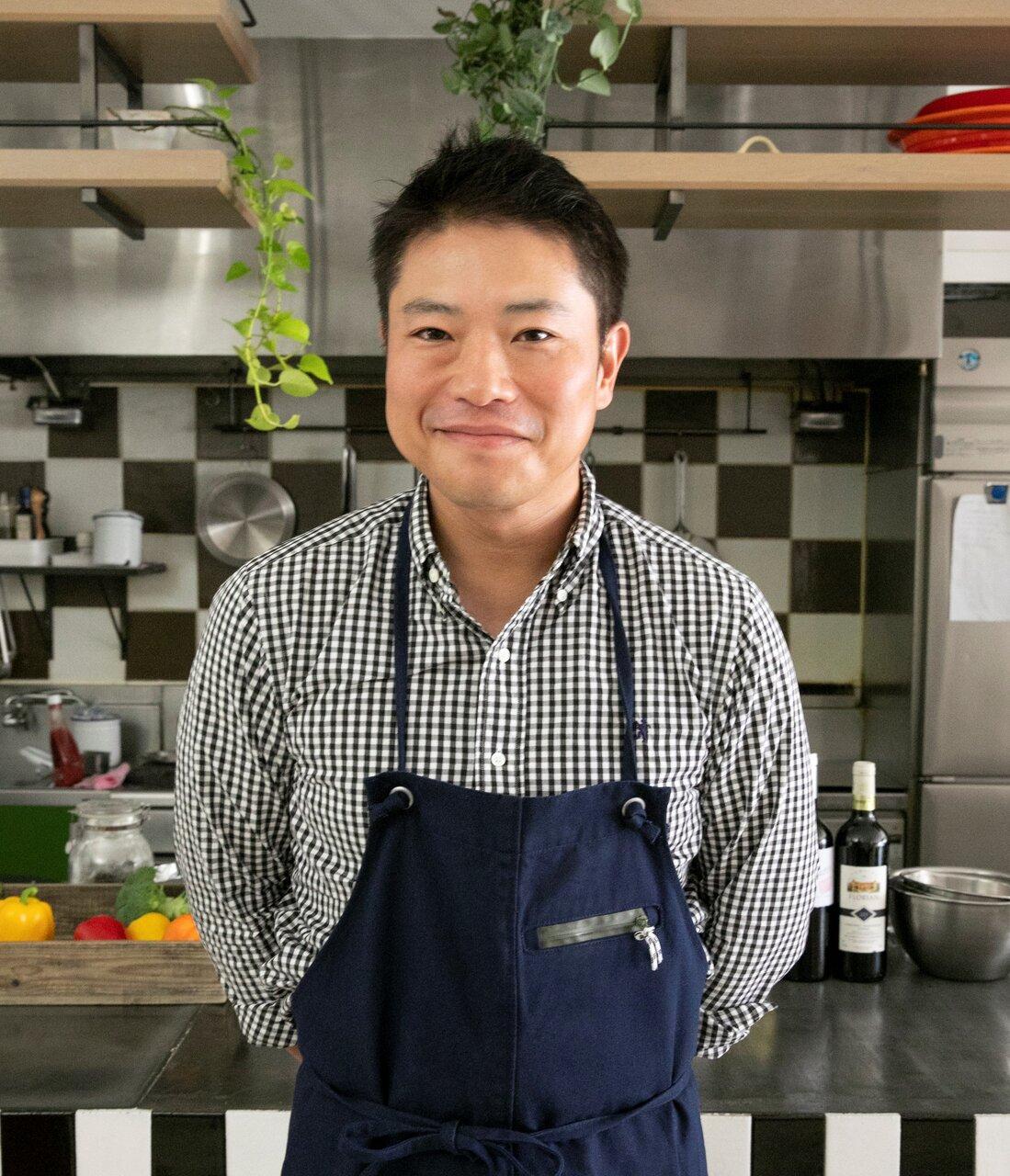 料理家・栗原心平さん。昨年から公式YouTubeチャンネル『ごちそうさまチャンネル』を開設。栗原心平式レシピをたっぷり公開中。<br>