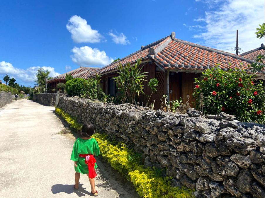 """竹富島の集落には沖縄の伝統的建築で建てられた赤瓦屋根の家が並ぶ。<br> <small class=""""font-small"""">写真提供:片岡由衣</small>"""