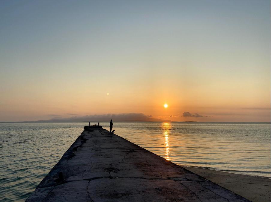 """島の西側にある桟橋からの夕陽 この景色がとても好きです。<br> <small class=""""font-small"""">写真提供:片岡由衣</small>"""