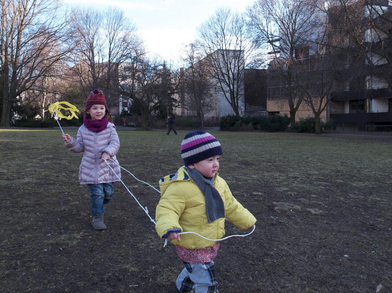 瑠南ちゃん5才、玲くん3才の頃。近所の公園にて。<br> 写真提供:希代真理子
