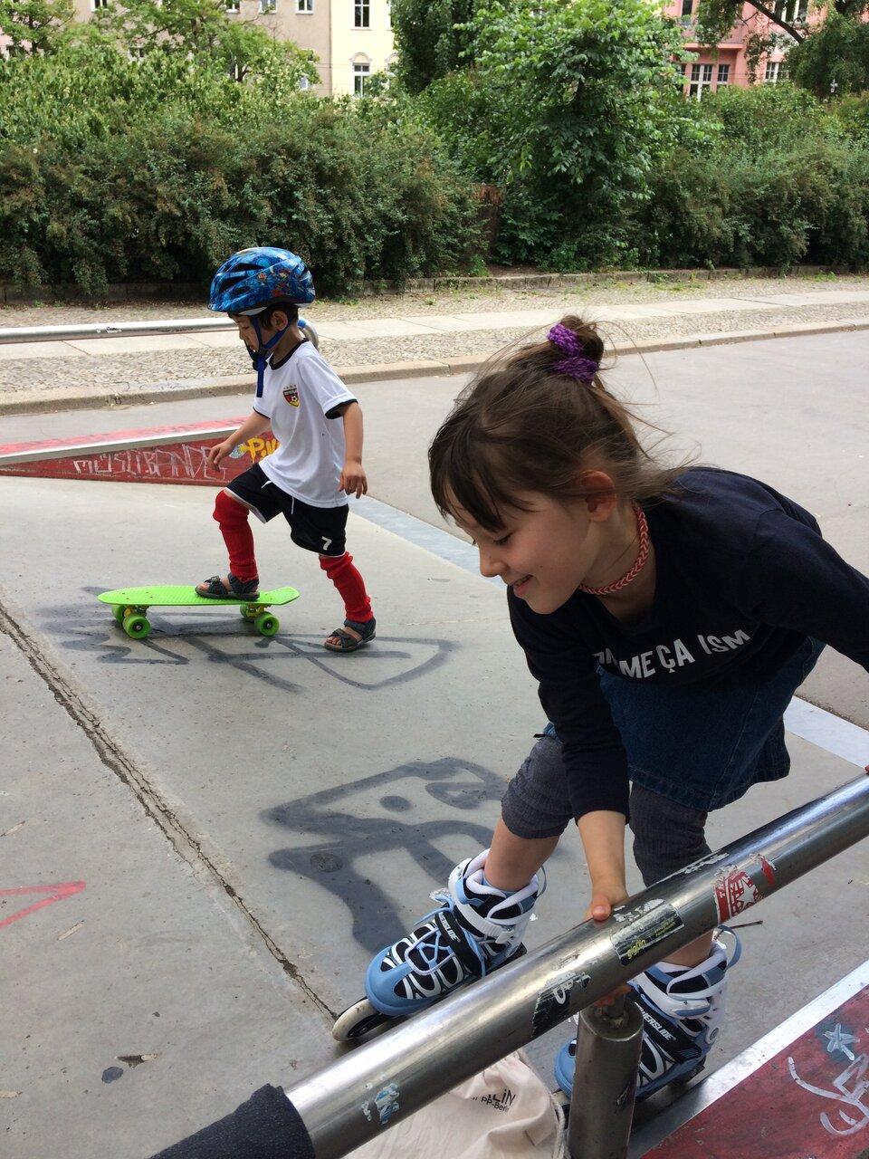 瑠南ちゃん7才、玲くん5才の頃。ローラースケートとボードの練習を始めたときの様子。<br> 写真提供:希代真理子