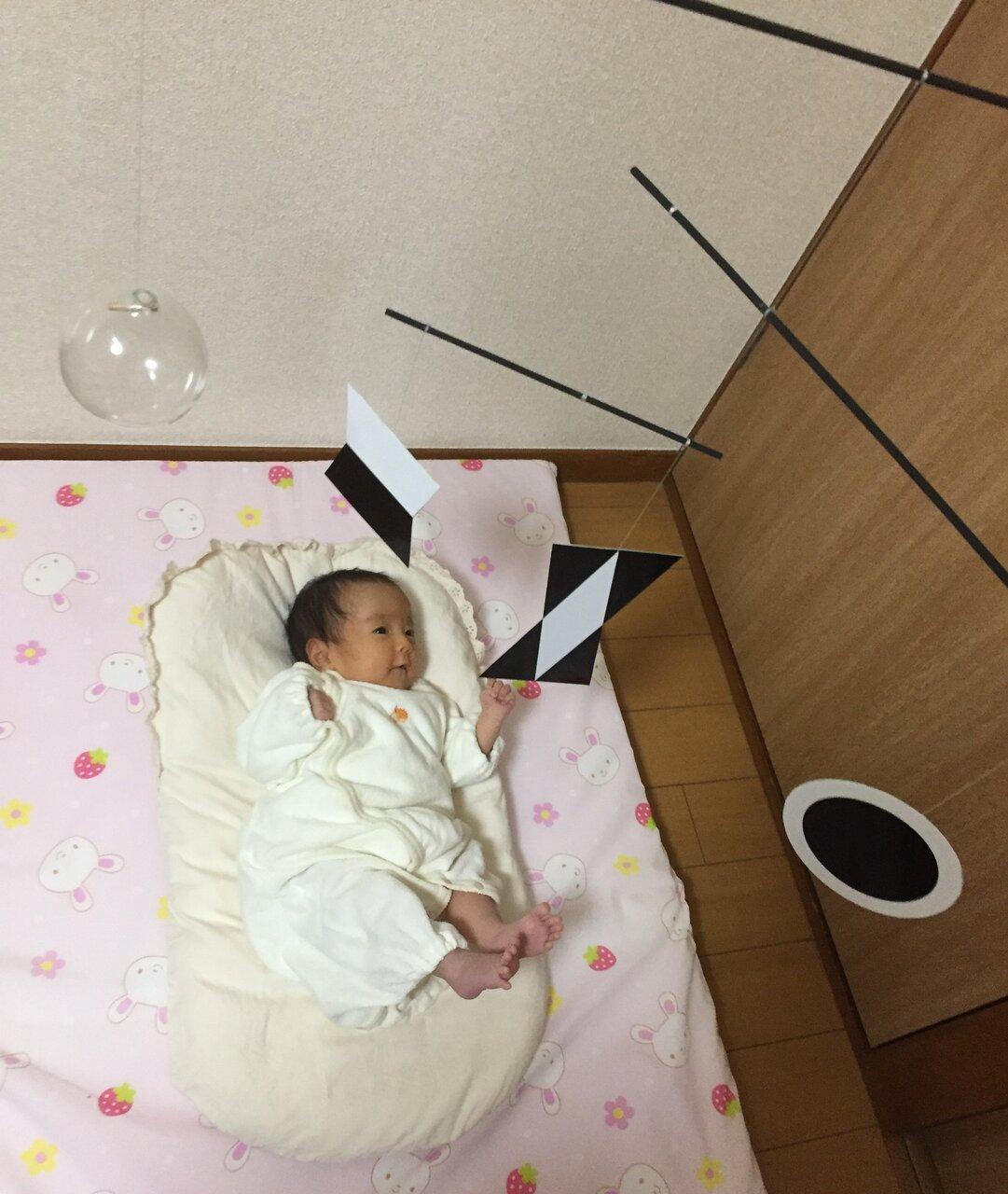 ムナリ・モビールを見る赤ちゃん