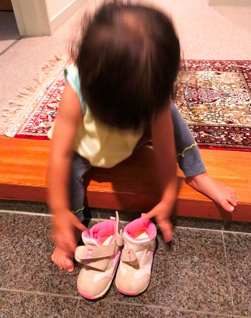 言われなくても靴を揃える1歳10ヶ月。内なる教師に従っている