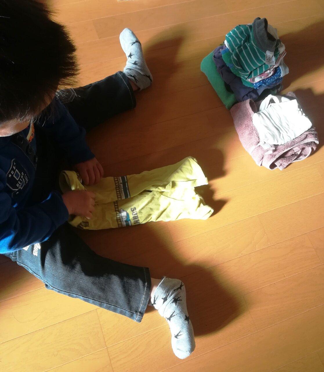 きっちり洋服を畳む。3歳10ヵ月 男子。環境を整えて優しく見守ってきた大人がいるから、心が育つ