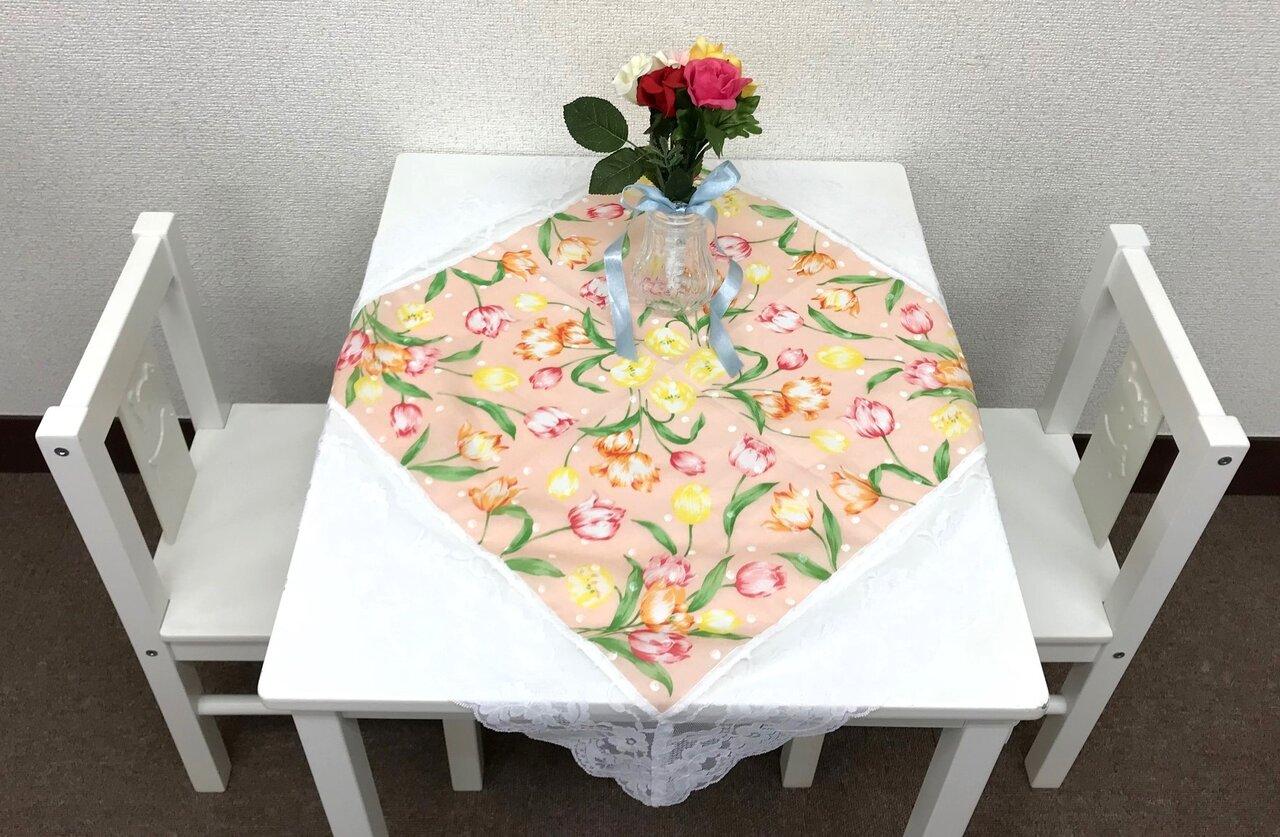 「平和のテーブル」設置例 壁際やコーナーなど落ち着いた場所が好ましい。花は本物でも造花でも構わないが、受け渡しをするので、バラバラにならないといった配慮が必要