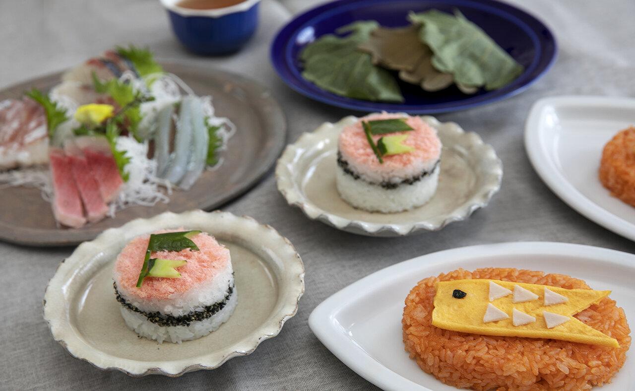「重ね寿司」と「鯉のぼりオムライス」。お刺身や柏餅を添えて、華やかな子どもの日のお祝いの食卓に。<br> 撮影 土居麻紀子