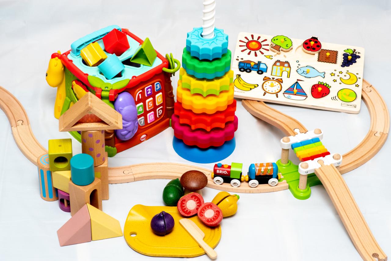 """「安全性」「知育性」「デザイン性」をポイントに選ばれたおもちゃは、親子で楽しめるものも多数。年齢の異なるきょうだいがいても子ども2名までは1つのプランで各3つずつなどの対応もあり。気に入ったおもちゃは特別価格で買い取りも可能。<br> <small class=""""font-small"""">写真提供:トイサブ!</small>"""