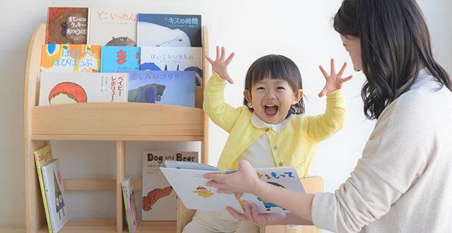 """孫に毎月届く絵本のプレゼントにしたいとサービスを利用するおじいちゃんやおばあちゃんが増えているそうです。<br> <small class=""""font-small"""">写真提供:クレヨンハウスのブッククラブ『絵本の本棚』</small>"""