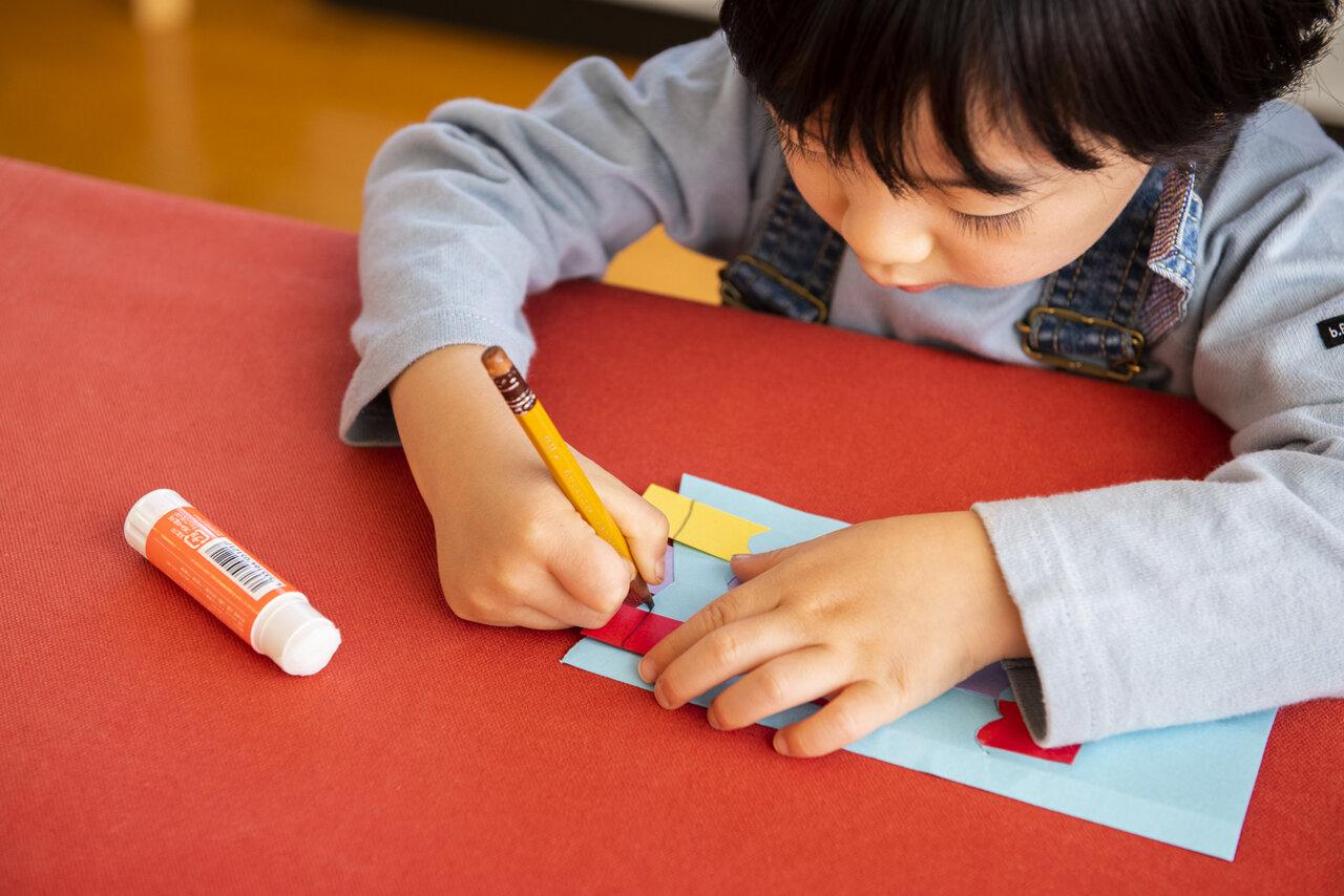 """<span class=""""bold"""">【ポイント】<br> はみ出した部分に線を引いてから切ると、お子さんでも切りやすくなります。</span><br> 撮影 葛西亜理沙"""