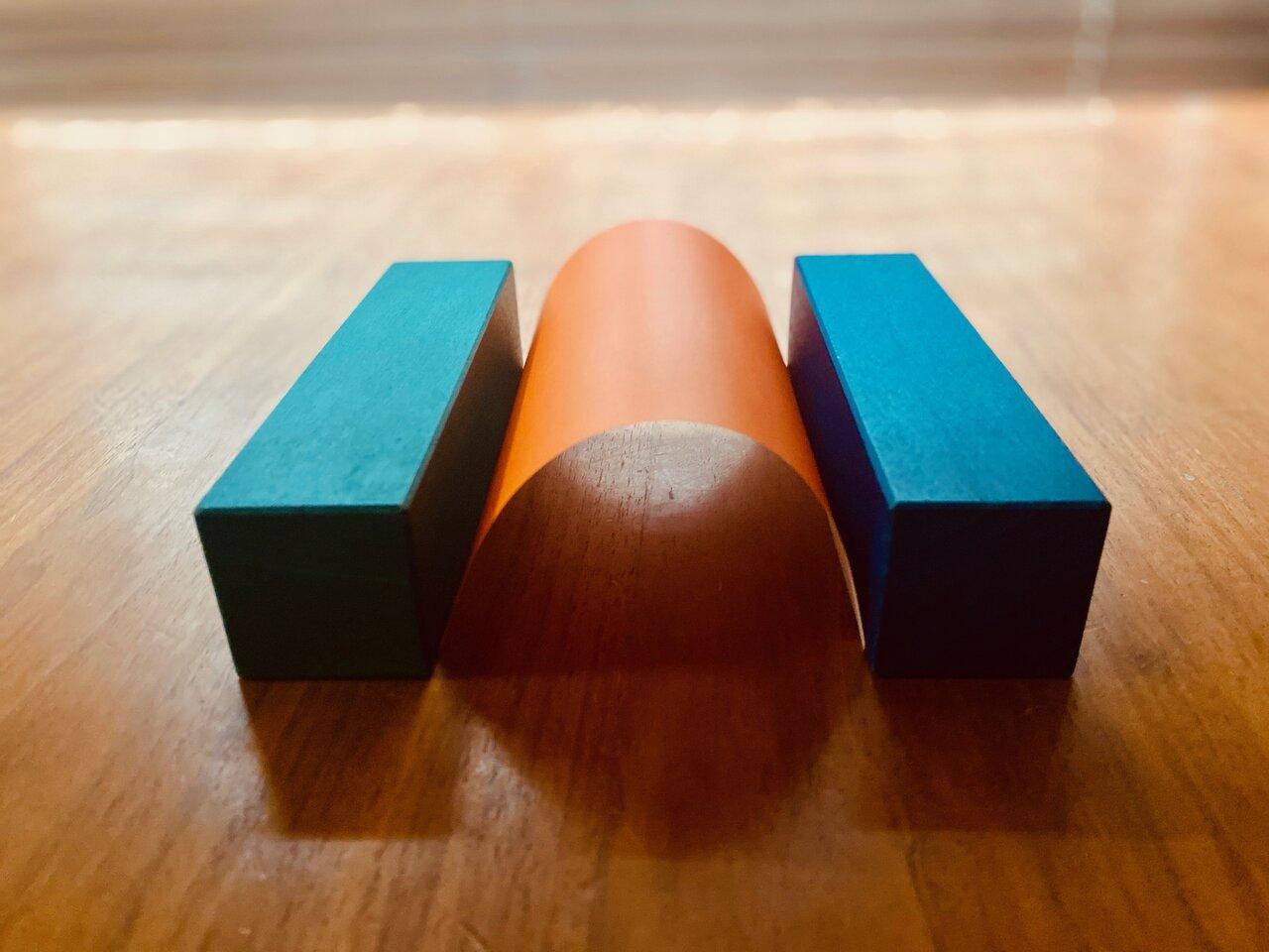 「たいこ橋」のように紙をアーチ状に丸めた場合。撮影:Yuchi