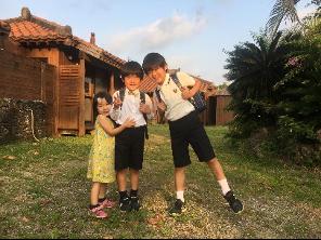 """入学式の日にパシャリ。子どもたちは島の暮らしがすぐに大好きに。<br> <small class=""""font-small"""">写真提供:片岡由衣</small>"""