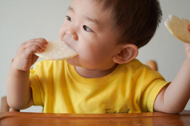 大好きな赤ちゃんせんべいだって算数になる!<br> イメージ写真:yuu /PIXTA