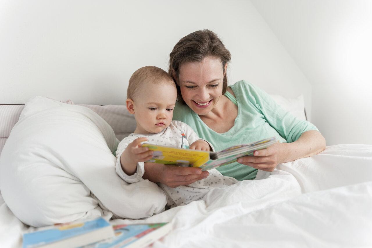 バイリンガル育児の第一歩。目指すのは英語圏と同じ環境。<br> イメージ写真:アフロ