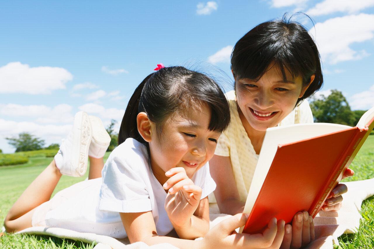 """絵本に興味も持たない子どもや、読み聞かせが苦手なパパママも、堀井さんのアイデアを参考にしたい。<br> <small class=""""font-small"""">写真:アフロ</small>"""