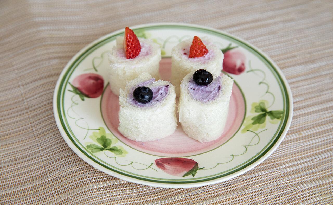 """撮影 土居麻紀子<br> <span class=""""bold"""">お好みで小さく切ったフルーツをのせるとかわいらしい仕上がりに。</span>"""