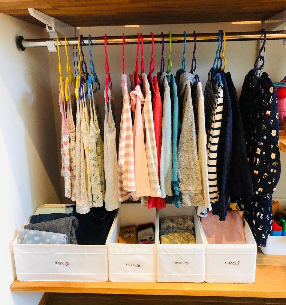 カラフルで見た目も楽しい、コンノさんの娘さんの服の棚。