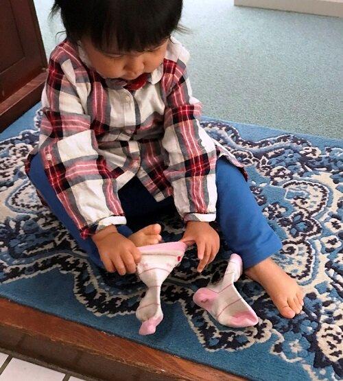 提示を見ればできる しっかり指を入れて靴下を広げる 2歳0ヵ月