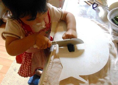 1歳児にはできないことを提示するチャンス きゅうりを切る 2歳10ヵ月