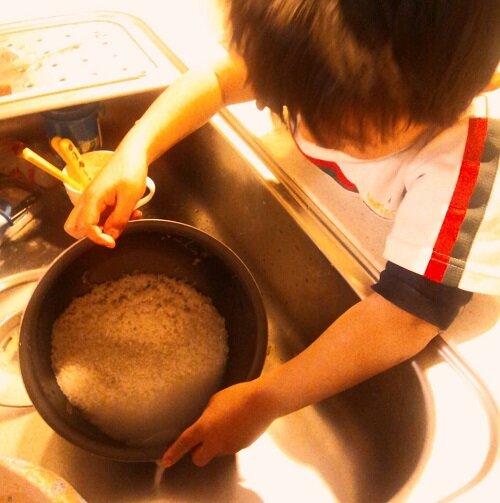 キッチンは日常生活の練習の宝庫 お米研ぎ 4歳
