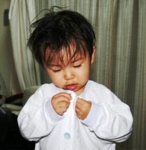 真剣にボタンをはめる 1歳11ヵ月